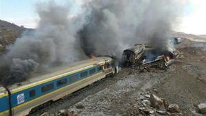 إيران: أكثر من 100 قتيل وجريح إثر اصطدام قطارين