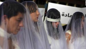 لبنانيات بفساتين زفاف ملطخة بالدماء