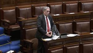ربطة عنقه تشوش على خطاب هذا البرلماني
