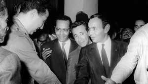 عاهل المغرب الملك الحسن الثاني (يمين) يصافح الرئيس الجزائري أحمد بن بلا في المغرب عبد توقيع اتفاق هدنة 1963
