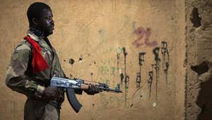 أرشيف - جندي من الجيش المالي يحمل بندقية بعد استعادة الجيش السيطرة على غاو، التي كان يحتلها عناصر من القاعدة، وتقع على بعد 1200 كليومتر من العاصمة باماكو 25 فبراير/ شباط 2013