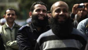 ضابط شرطة مصري ملتح يشارك في احتجاج من قبل إسلاميين يتظاهرون ضد عدم تنفيذ أمر قضائي يسمح لهم بالعمل في القاهرة