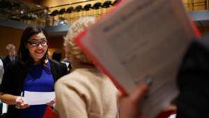 باحثون عن وظائف يتحدثون إلى ممثلي أصحاب العمل في معرض للوظائف في مانهاتن بنيويورك