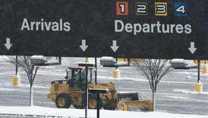 إزالة الثلج عن الطرق المؤدية للمطارات