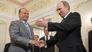 الرئيس الروسي فلاديمير بوتين يتحدث مع نظيره اليمني عبد ربه منصور هادي خلال لقائهما في 2 أبريل 2013
