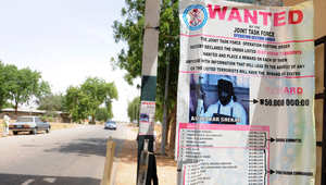 ملصق في بلدة ميدوغروي شمال شرق نيجيريا تظهر فيه صورة أبو بكر شيكو المطلوب للسلطات وقيمة المكافأة المالية المرصودة لقاء القبض عليه