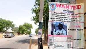 ملصق في شارع بأحد مدن نيجيريا يعرض مكافأة قيمتها 320 ألف دولار لمن يدلي بمعلومات تقود إلى القبض على زعيم تنظيم بوكو حرام