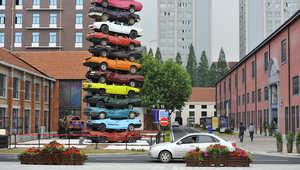 صورة التقطت عام 2013 تظهر نصبا من سيارات قديمة في أحد الميادين بمدينة ووهان، وسط البلاد