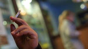 رجل يدخن سيجارة في مطعم في فيينا