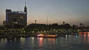 منظر عام لنهر النيل في وسط القاهرة ويظهر فندق نوفوتيل في الخلفية
