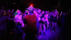 حفلة رقص بالذكاء الاصطناعي مع شروق الشمس