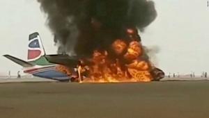 تحطم طائرة واشتعال النيران فيها لدى هبوطها