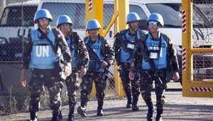 جنود فلبينيون من قوات حفظ السلام الدولية في الجولان يجتازون المعبر الفاصل بين إسرائيل وسوريا في محافظة القنيطرة