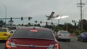 طائرة تصطدم بأسلاك كهرباء وتتحطم خلال الهبوط