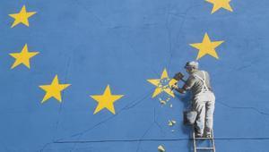 بانكسي يكسر نجمة في علم الاتحاد الأوروبي