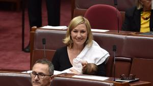 برلمانية ترضع طفلتها في جلسة للبرلمان