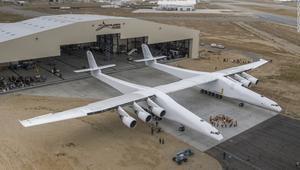 شاهد.. أكبر طائرة في العالم تخرج من مرآبها