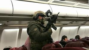 لحظة احتجاز رجل على متن طائرة ماليزية