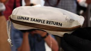 حقيبة ارمسترونغ لجمع غبار القمر معروضة للبيع