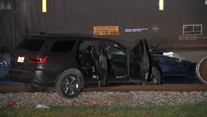 بكاميرا شرطي.. إنقاذ شخصين داخل سيارة عالقة تحت قطار متحرك