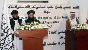 مساعد وزير الخارجية القطري علي بن فهد الهاجري، والمتحدث باسم حركة طالبان محمد نعيم، يتحدثان خلال الإعلان عن افتتاح مكتب حركة طالبان في الدوحة 18 يونيو/ حزيران 2013