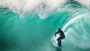 شاب يركب الأمواج؟ أنظر عن قرب لترى ماذا يفعل حقاً