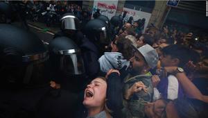تبادل الاتهامات بين حكومتي كتالونيا وإسبانيا بإشعال العنف.. وإصابة نحو 800