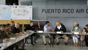 ترامب يوزع مناديل ورقية على سكان بورتوريكو