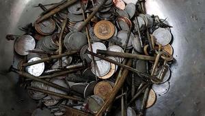 الأطباء يزيلون مئات القطع النقدية والمسامير من بطن رجل