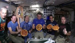 رواد فضاء يستمتعون بالبيتزا مع انعدام الجاذبية
