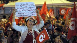 امرأة تشارك في اعتصام ضد حكومة يقودها الاسلاميون بتونس في أغسطس 2013