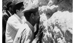 يهود يؤدون الصلاة عند حائظ المبكى في القدس الشرقية 1967