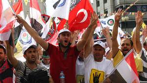 """محتجون يرفعون """"اشارة رابعة"""" أثناء مشاركتهم في مسيرة في أنقرة"""