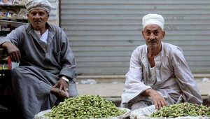 باعة ينتظرون الزبائن في شارع مزدحم في القاهرة