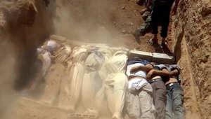 صورة لمقبرة جماعية نشرها ناشطون من عربين السورية، لضحايا يعتقد أنهم ضحايا لهجوم بالغاز السام شنته قوات موالية للنظام 21 أغسطس/ أب 2013