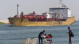 سفينة تبحر عبر قناة السويس قرب مدينة الاسماعيلية الساحلية في مصر