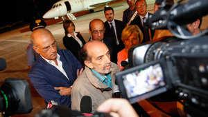 الصحفي الفرنسي دومينيكو كواريكو (وسط) الذي كان مختطفا في سوريا  لدى وصوله إلى مطار كيامبينو العسكري في روما  9 سبتمبر/ أيلول 2013