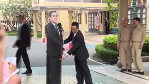 """رئيس وزراء تايلاند يطلب من صحفيين طرح أسئلة على """"تمثال"""" له"""