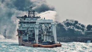 """ناقلة النفط """"سانتشي"""" تنفجر جزئيا في بحر الصين الشرقي"""