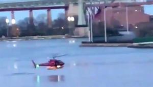 شاهد.. سقوط مروحية بنيويورك ونجاة الطيّار من بين 6 أشخاص