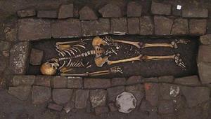 قبر من العصور الوسطى يكشف حالة ولادة نادرة في النعش