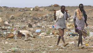 رجلان يسيران قرب بال بالا، إحدى المدن التي يقصدها المهاجرون من الصومال ، 2011