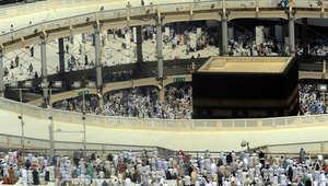 حجاج مسلمون يغادرون بعد أداء صلاة الجمعة في المسجد الحرام في مكة