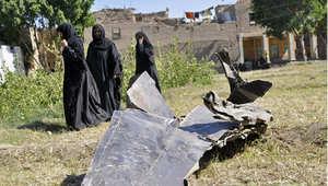 سيدات مصريات أمام حطام طائرة من طراز ميج 21 تحظمت في الاقصر في 13 أكتوبر/ تشرين الأول 2013