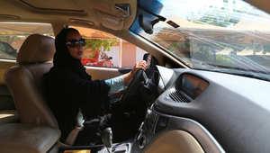 الناشطة السعودية منال الشريف تقود سيارتها في مدينة دبي بالامارات