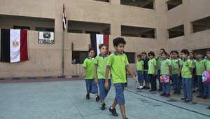 طلاب مدرسة ابتدائية في مصر يستعدون للدخول الى الصف
