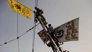 مؤيدون للرئيس المعزول محمد مرسي يتسلقون أحد أعمدة الكهرباء أمام القصر الجمهوري 1 نوفمبر/ تشرين الثاني 2013