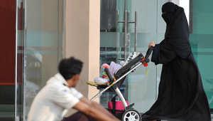 امرأة سعودية تدخل الى مركز تجاري في الرياض