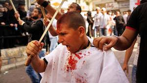 مسلمون شيعة يضربون أنفسهم بالسيوف خلال احيائهم مناسبة عاشوراء بالنبطية، جنوب لبنان في نوفمبر 2013