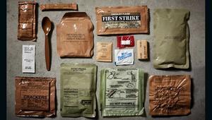 كيف يحول هذا المصور معلبات غذاء الجيش إلى أطباق فاخرة؟
